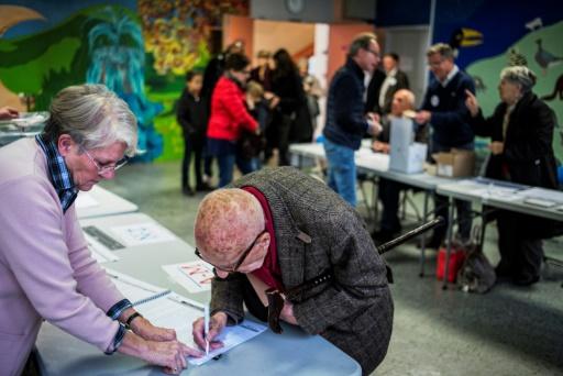 Affluence dans un bureau de vote au second tour de la primaire de la droite et du centre le 27 novembre 2016 à Lyon © JEFF PACHOUD AFP