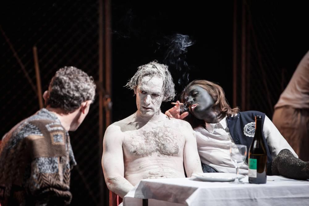 Disgrâce, par Jean-Pierre Baro (théâtre de la Colline à Paris) ©  Simon Gosselin