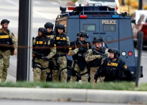Des policiers américains sur un parking du campus de l'université de l'Etat de l'Ohio à Columbus, le 28 novembre 2016 © Paul Vernon AFP