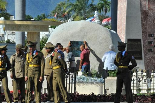 Des employés fixent une plaque sur la tombe de Fidel Castro à Santiago à Cuba le 4 décembre 2016 © Yamil LAGE AFP