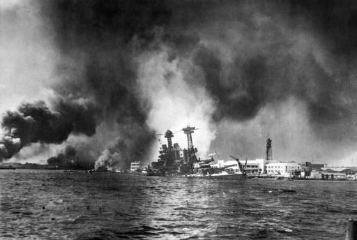 La flotte américaine en flammes après l'attaque surprise du Japon sur Pearl Harbor à Hawaï le 7 décembre 1941 © HO AFP