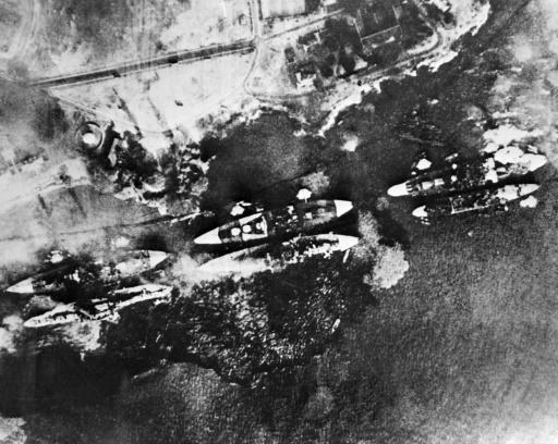 Vue aérienne de la flotte américaine de Pearl Harbour en flammes, le 7 décembre 1941, après le bombardement massif de la base navale américaine à Hawaï par 360 avions japonais ©  AFP/Archives