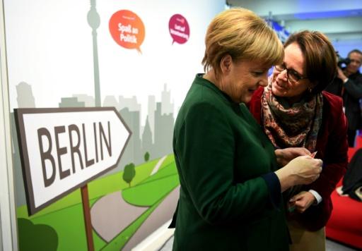 Angela Merkel (G) avec la secrétaire d'Etat à la Santé, Annette Widmann-Mauz, lors du congrès de la CDU à Essen, le 7 décembre © PATRIK STOLLARZ AFP