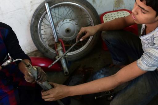 Russel, 13 ans, travaille dans un garage à Dacca, au Bangladesh, le 7 décembre 2016 © MUNIR UZ ZAMAN AFP