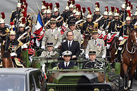 François Hollande arrive sur les Champs-Élysées pour assister au défilé des forces armées le 14 juillet 2016. ©DOMINIQUE FAGET / AFP