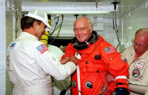 John Glenn avant d'embarquer sur Discovery, le 9 octobre 1998 © HO NASA/AFP/Archives