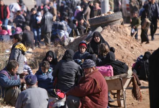 Des civils le 8 décembre 2016 dans le village d'Aziza après avoir fui les violences à Alep  © Youssef KARWASHAN AFP
