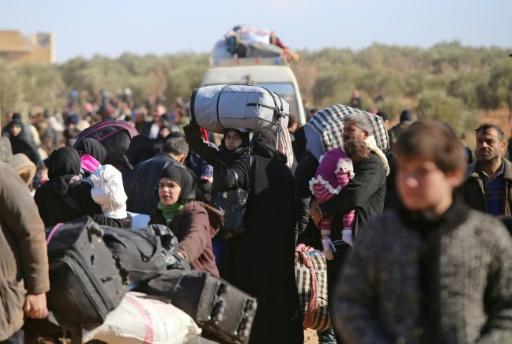 Des milliers de civils ayant fui les violences, à leur arrivée le 8 décembre 2016 au village d'Aziza au nord d'Alep © Youssef KARWASHAN AFP