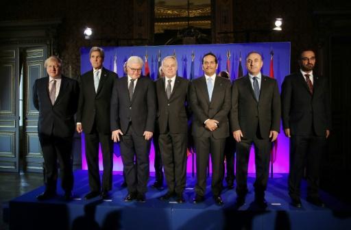 (G à D) Les ministres des affaires étrangères britannique B. Johnson, américain J. Kerry, allemand F.-W. Steinmeier, français J.-M. Ayrault, qatari Al Thani et turc M. Cavusogluune, participent à la réunion de Paris, le 10 décembre 2016 © Thibault Camus POOL/AFP