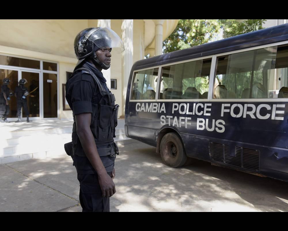 Un officier de la police gambienne devant la Cour suprême de Gambie après la libération de l'opposant Ousainou Darboe le 5 décembre 2016. © SEYLLOU AFP PHOTO / SEYLLOU