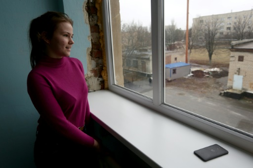 Tanya Mokraya, une écolière de 15 ans face à la fenêtre de l'école de la petite ville ukrainienne de Marinka le 25 novembre 2016 © Alexey FILIPPOV AFP