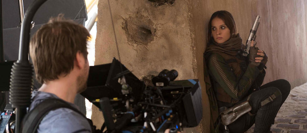 Le realisateur Gareth Edwards et l'actrice Felicity Jones (Jyn Erso) sur le tournage de Rogue One : a Star Wars Story.