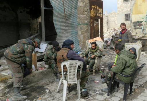 Des soldats du régime syrien le 17 décembre 2016 dans la vieille ville d'Alep © STRINGER AFP