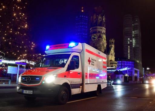 Une ambulance sur le site de l'attaque d'un camion, le 19 décembre 2016 à Berlin © John MACDOUGALL AFP
