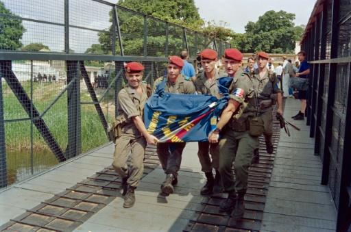 Le corps de l'ambassadeur français au Zaire Philippe Bernard, tué le 28 janvier 1993, est rapatrié par des parachutistes français le 31 janvier 1993 à Kinshasa © FRANCOIS ROJON AFP/Archives