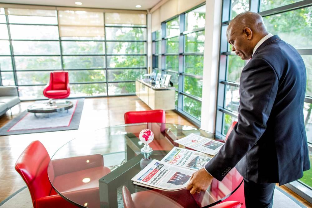 Tony Elumelu, dans ses bureaux de Heirs holdings à Lagos, au Nigéria.