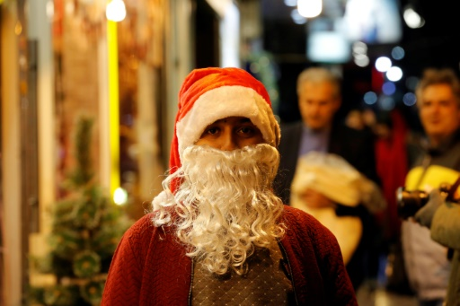 Un enfant déguisé en père Noël, le 24 décembre 2016 à Téhéran © ATTA KENARE AFP