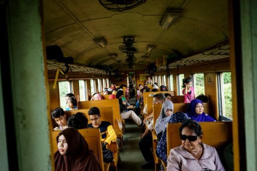 Les passagers du train de 12H33, le 21 novembre 2016 à Narathiwat dans l'extrême sud de la Thaïlande © AIDAN JONES AFP