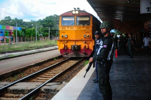 Forces de sécurité déployées le 21 novembre 2016 à la gare de Narathiwat © MADAREE TOHLALA AFP