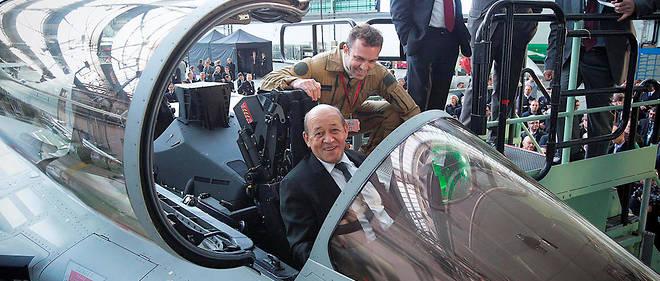 Commandes. Le ministre de la Défense dans le cockpit d'un Rafale, à Mérignac, où se trouvent les chaînes de montage de Dassault, en 2014.
