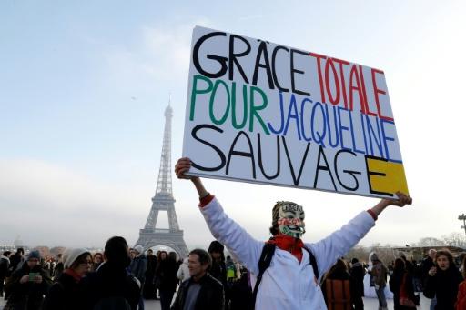 Des personnes manifestent en faveur de la libération de Jacqueline Sauvage esplanade du Trocadéro à Paris le 10 décembre 2016  © FRANCOIS GUILLOT AFP/Archives