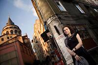 Emprisonnée. Asli Erdogan, au cœur d'Istanbul, en 2008. Symbole de la répression du régime, laromancière est en prison depuis le 16août. Le Pen Club de Suède lui décerne le prix Tucholsky 2016. ©Mehmet Kacmaz/NAR PHOTOS-REA
