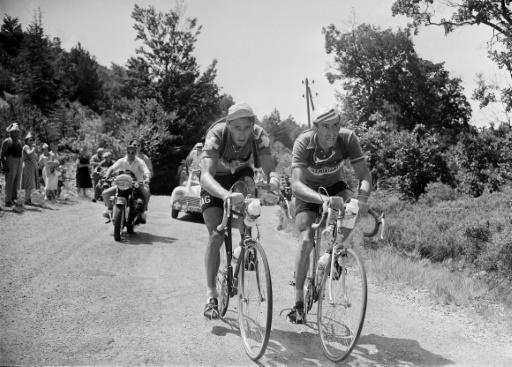 Le Suisse Ferdi Kübler (g) et le Français Raphaël Geminiani (d) lors de l'étape Marseille-Avignon le 18 juillet 1955 ©  AFP/Archives