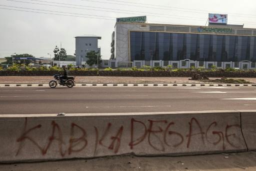"""Le message """"Kabila dégage"""" tagué sur un muret d'une avenue de Kinshasa, le 19 décembre 2016 en RDC © Eduardo SOTERAS AFP/Archives"""