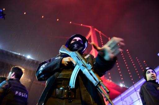 La police turque déployée près de la discothèque Reina, au bord du Bosphore, le 1er janvier 2017 © YASIN AKGUL AFP