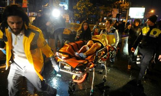 Un blessé est évacué de la discothèque Reina, le 1er janvier 2017 à Istanbul © IHLAS NEWS AGENCY IHLAS/AFP