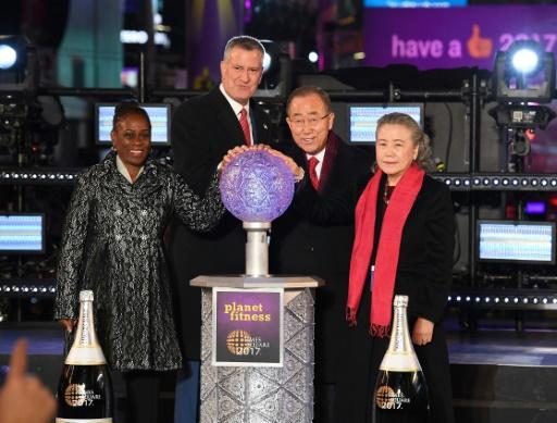 Le maire de New York, Bill de Blasio, le secrétaire général des Nations Unies sortant, Ban Ki-moon, et leurs épouses Chirlane McCray (G) et Yoo Soon-taek, sur Times Square à New-York, pendant les dernières secondes de l'année 2016 © ANGELA WEISS AFP