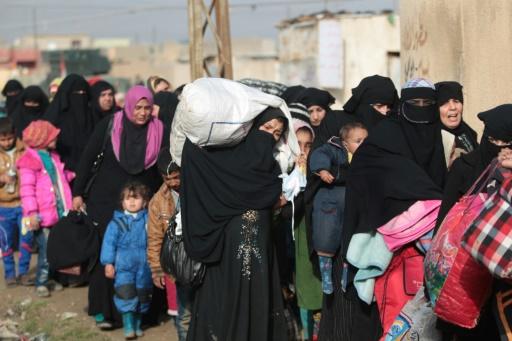 Des soldats irakiens évacuent les civils à Al-Intisar, le quartier est de Mossoul, le 31 décembre 2016 © AHMAD AL-RUBAYE AFP