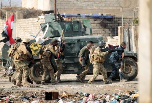 Des soldats irakiens prennent position et avancent dans Al-Intisar, le quartier oriental de Mossoul, le 31 décembre 2016, au cours d'une opération militaire contre les djihadistes du groupe de l'EI © AHMAD AL-RUBAYE AFP