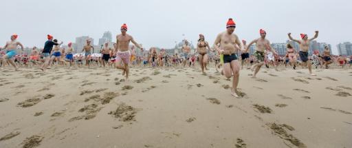 Des hollandais courent vers la mer du Nord, lors du traditionnel bain du Nouvel An à Scheveningen © Bart Maat ANP/AFP