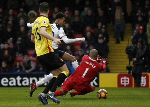 Le milieu Dele Alli (c) trompe la défense de Watford pour le 4e but de Tottenham, le 1er janvier 2017 au nord de Londres © Adrian DENNIS AFP