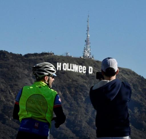"""Les célèbres neuf lettres géantes blanches formant le mot """"HOLLYWOOD"""" sur les hauteurs de Los Angeles détournées en """"HOLLYWeeD"""" (""""Weed"""" en anglais désigne la """"marijuana"""", l'""""herbe"""" ou encore le """"cannabis""""), le 1er janvier 2017  © Gene BLEVINS AFP"""