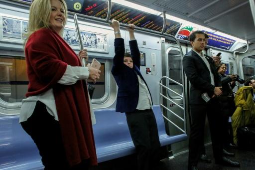 Des voyageurs dans le métro dont de nouvelles stations ont été  inaugurées, le 31 décembre 2016 à New York © Kena Betancur AFP