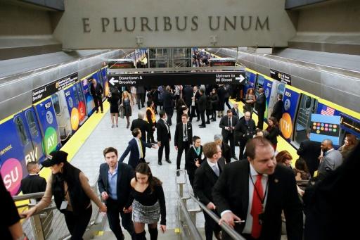 Des voyageurs lors de l'inauguration de nouvelles stations de métro, le 31 décembre 2016 à New York © Kena Betancur AFP