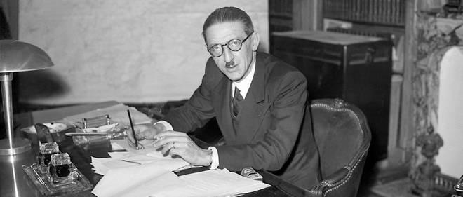 Jules Moch en novembre 1945 à son bureau. Il vient d'être nommé ministre des Travaux publics du gouvernement provisoire. Parlementaire SFIO, il a voté contre les pleins pouvoirs à Pétain avant de rejoindre la France libre à Londres.