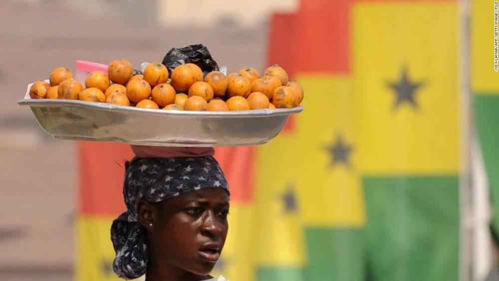 Une marchande de beignets sur un marché d'Accra, la capitale du Ghana.  ©  AFP