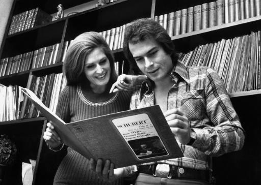 Dalida, chanteuse de variété, et son compagnon Richard Chamfray consultent en 1976 à Paris, un disque de Schubert © FRANTA BARTON AFP/Archives