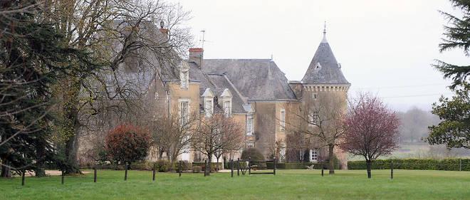 Selon Le Canard enchaîné qui a pu consulter l'acte notarié, les Fillon ont acheté le château de Beaucé à une religieuse en mai 1993 pour la somme de 2,4 millions de francs, soit environ 366 000 euros.