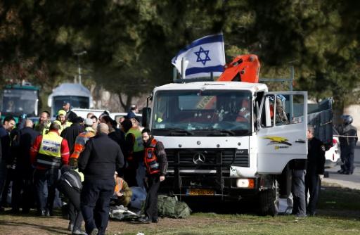 Des forces de sécurité israéliennes sur le site d'une attaque au camion-bélier à Jérusalem, le 8 janvier 2017 © AHMAD GHARABLI AFP