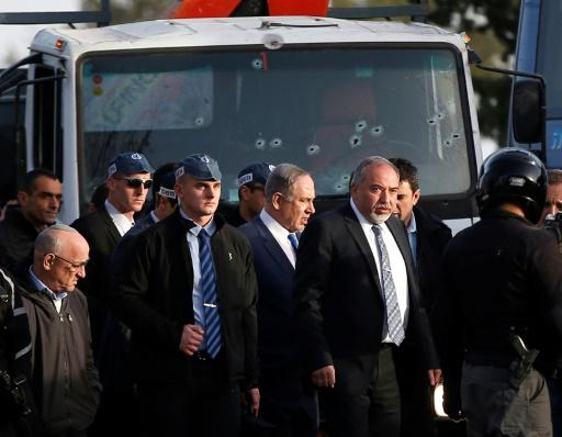 Le Premier ministre israélien Benjamin Netanyahu sur le site d'une attaque au camion, le 8 janvier 2017 à Jérusalem © AHMAD GHARABLI AFP