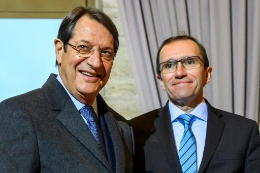 Le dirigeant chypriote grec Nicos Anastasiades (g) et le Conseiller spécial du secrétaire général de l'ONU pour Chypre, Espen Barth Eide, lors de son arrivée à Genève, le 9 janvier 2017 © FABRICE COFFRINI AFP
