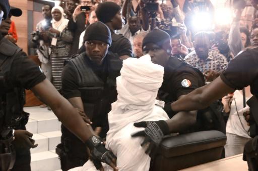 Hissène Habré amené par des gardes au tribunal le 20 juillet 2015 à Dakar © SEYLLOU AFP/Archives