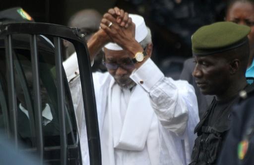 Hissène Habré à l'issue de son audition par un juge le 2 juillet 2013 à Dakar © STRINGER AFP/Archives