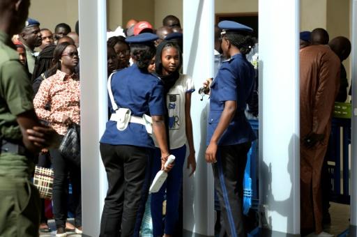 Le public se presse à l'entrée du tribunal pour le verdict du procès de Hissène Habré le 30 mai 2016 à Dakar © SEYLLOU AFP/Archives