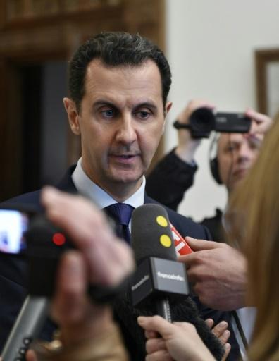 Photo fournie par l'agence syrienne Sana le 9 janvier 2017 du président syrien Bachar al-Assad donnant une interview à des médias français à Damas ©  SANA/AFP