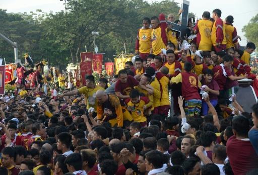 Des milliers de fidèles se sont rassemblés à Manille, le 9 janvier 2017 pour la procession du Nazaréen noir et tenter de toucher la statue du Christ © TED ALJIBE AFP